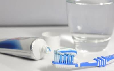 Kell-e fertőtleníteni a fogkefét és a fogmosó poharat?